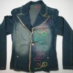 Bordado colorido na jaqueta jeans (Foto: Divulgação)