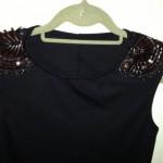 Bordados na manga do vestido preto (Foto: Divulgação)