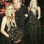 Avril usou um vestido preto, em seu casamento com Chad Kroeger (Foto: Divulgação)