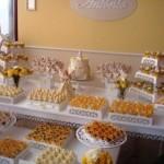 A mensa de doces serve de curinga e ajuda a preencher o local. (Foto: divulgação)