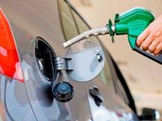 Dicas para economizar combustível do carro botando combustível