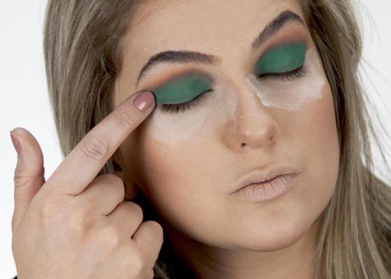 Livro com dicas de maquiagem Alice Salazar