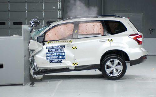 Os crash tests realizados pelo IIHS mostram o nível de segurança de vários modelos de carros (Foto: Divulgação)
