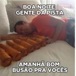 Rei do Camarote dorme sobre bebidas (Foto: Divulgação)