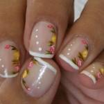 Flores pequenas e delicadas decoram as unhas. (Foto: Divulgação)