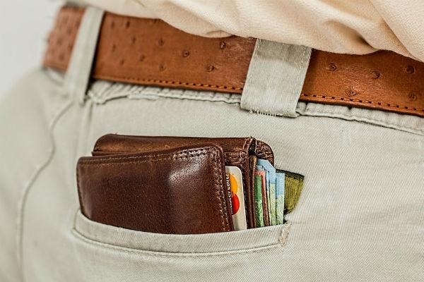 Carteira com dinheiro e cartões