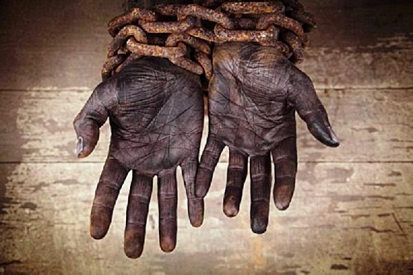 mãos acorrentadas