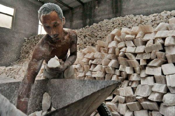 homem trabalhando de forma inadequada