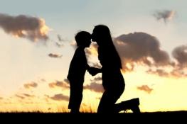 Mensagens para Dia das Mães mãe e filho no por do sol
