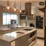 cozinha planejada pequena com ilha moderna