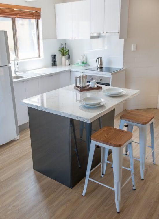 cozinha planejada pequena com ilha pequena