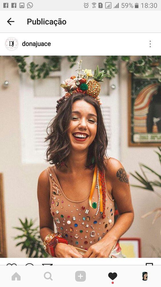 fantasia feminina de carnaval com camisa e cabeça com acessórios