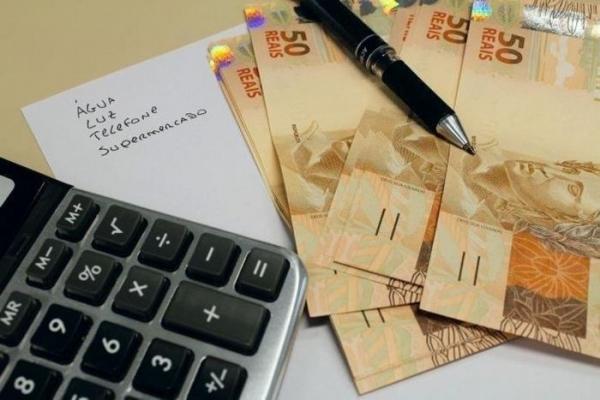 Calculadora dinheiro e caneta