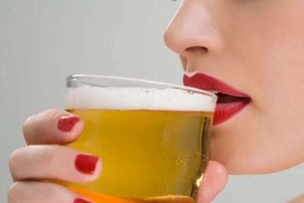 Ingerindo bebida alcoólica