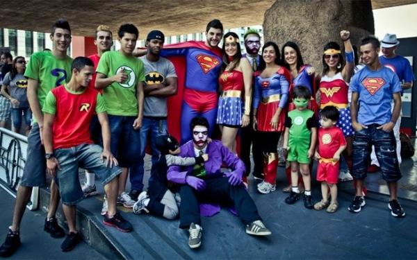 Pessoas fantasiadas de super-heróis