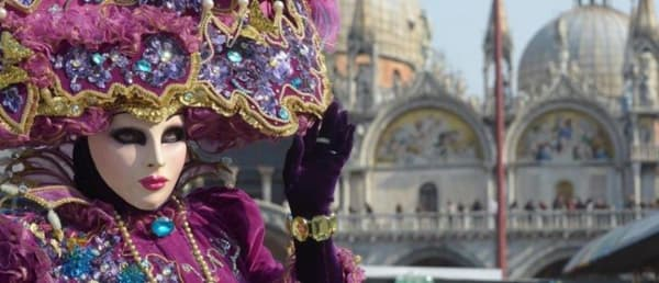 Carnaval fantasia com pedras e máscara