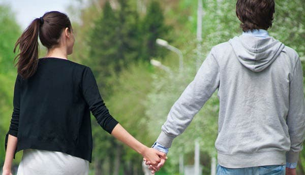 Simpatias para recuperar o ex-namorado casal passeando de mãos dadas