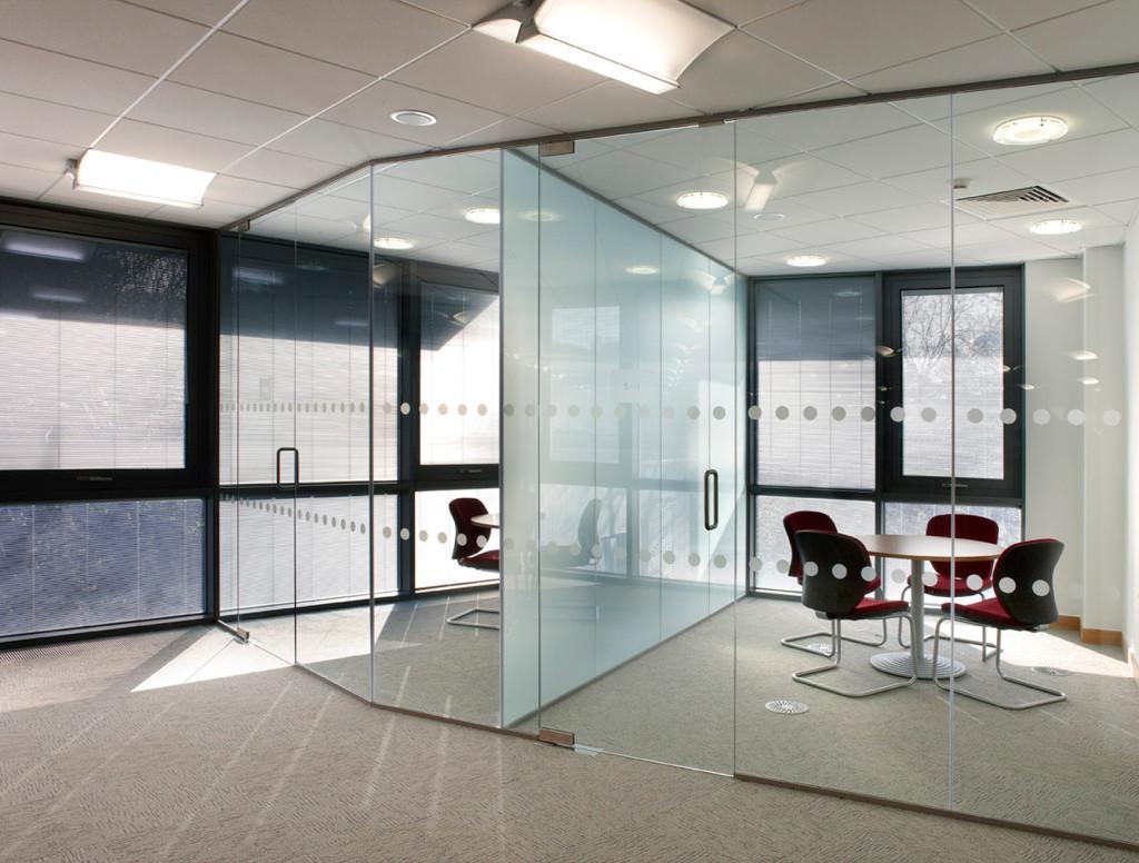Decoração para escritórios com paredes de vidro 2017