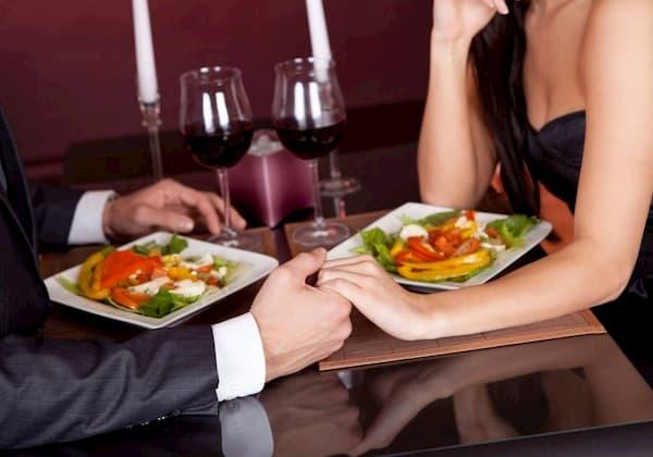 Principais Restaurantes para o Dia dos Namorados em Florianópolis casal de mãos dadas