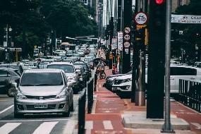 Regras para carros e táxis em faixa e corredor de ônibus em SP