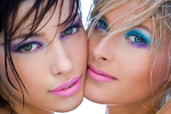 A maquiagem colorida faz muito sucesso no verão (Foto Ilustrativa)