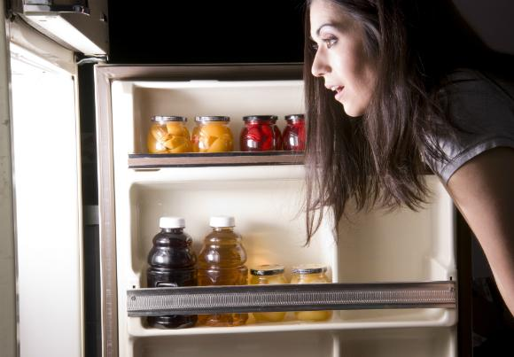 Abrir a geladeira várias vezes (Foto: Divulgação)
