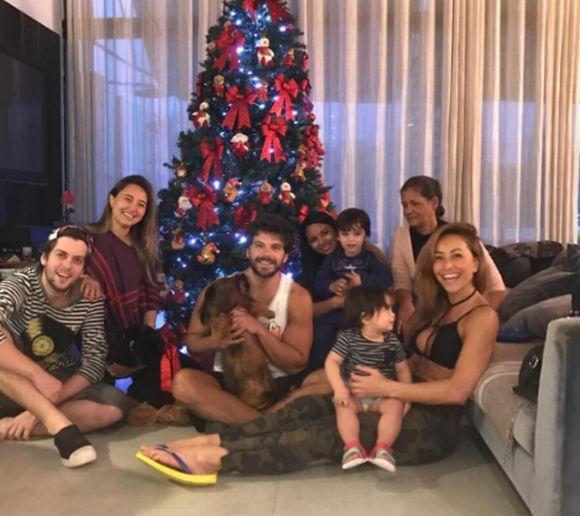 Sabrina Sato reuniu a família para mostrar a árvore de Natal aos seus seguidores (Foto: Reprodução Instagram)