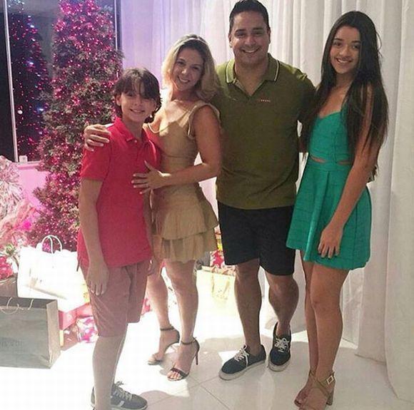 Carla Perez e família (Foto: Reprodução Instagram)