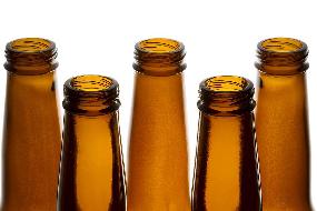 Aprenda a abrir uma cerveja usando um pedaço de papel 01