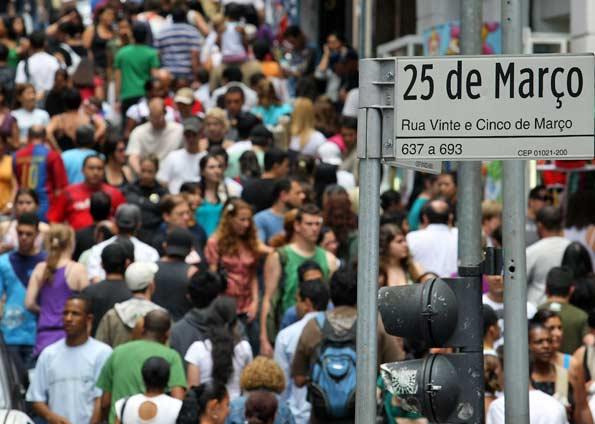 Pessoas na rua 25 de março