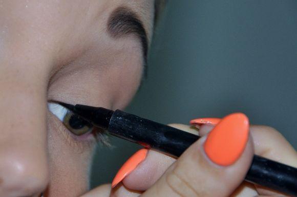Maquiagem em excesso pode causar problemas aos olhos