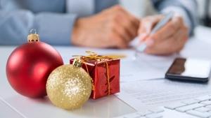 empregos temporários natal mesa com presentes e enfeites de natal