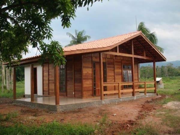 Casas de madeira pré-fabricada com banheiro de alvenaria