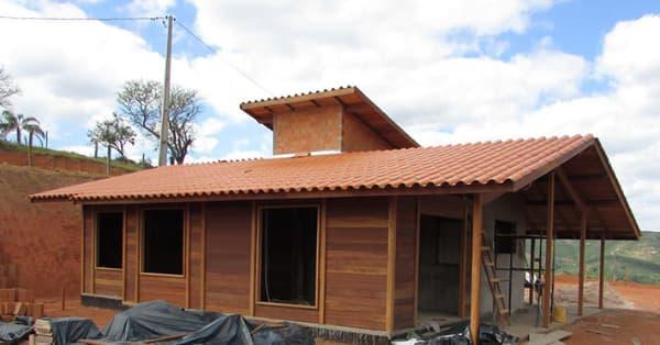 Casas de madeira pré-fabricada com janelas grandes