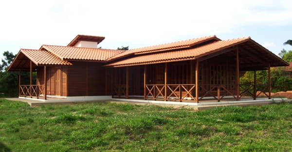 Casas de madeira pré-fabricada com varanda