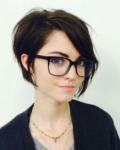 corte de cabelo curto com oculos nerd