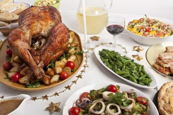 Ceia de Natal mesa com peru e pratos salgados