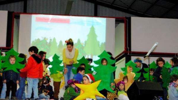 Crianças e professora no palco