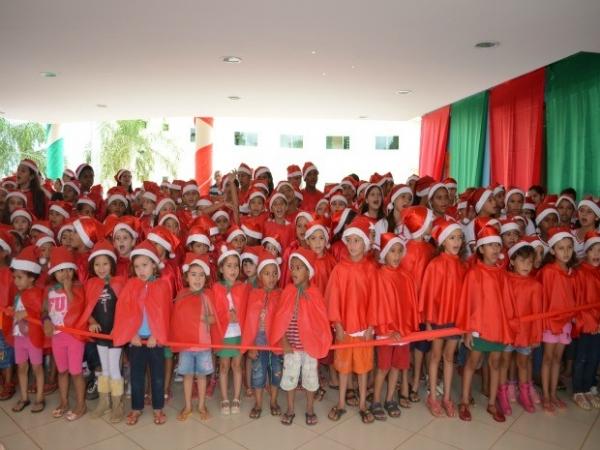 Crianças se apresentando na escola