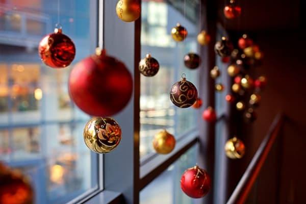 Decoração de Natal 2018 Dicas, Fotos e Ideias decoração com bolas coloridas de tamanhos variados