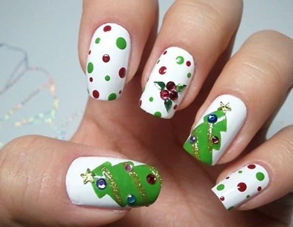 unha decorada para natal com pinheirinhos