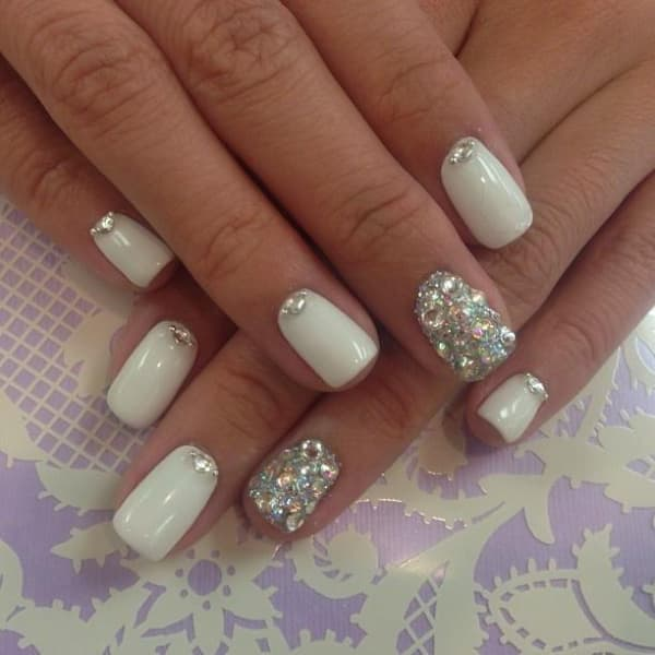 unhas decoradas para o réveillon branca com strass