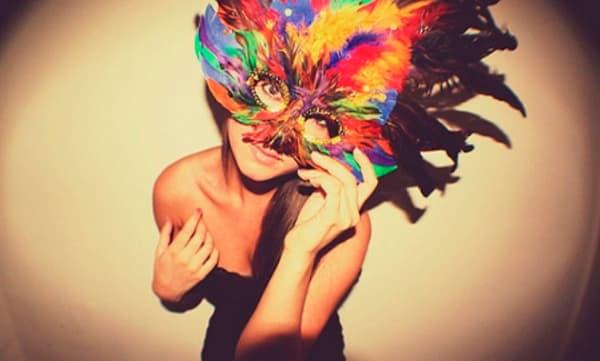 Modelos de máscara de Carnaval com plumas coloridas