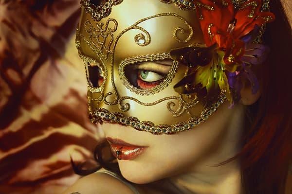Modelos de máscara de Carnaval dourada