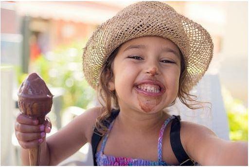 criança com sorvete sem lactose