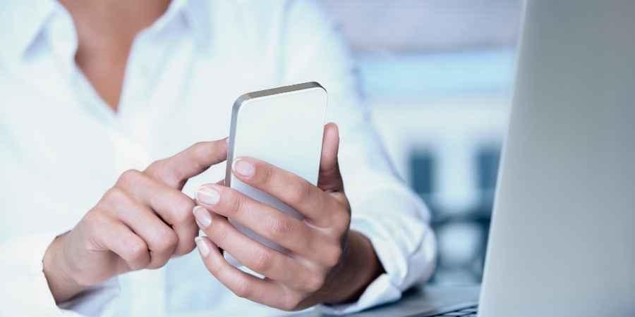 Homem usando celular Cadúnico facilita o acesso de grupos