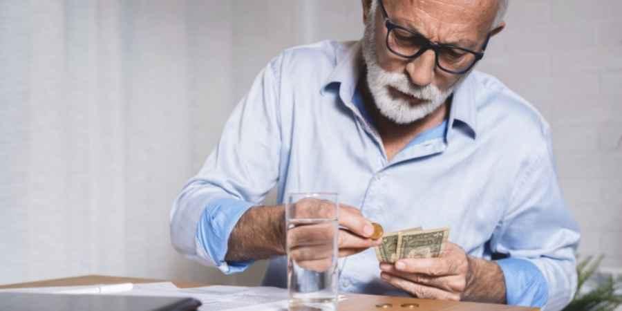 Senhor pensionistas do INSS contando dinheiro