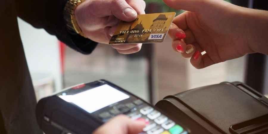 Homem usando cartão de crédito