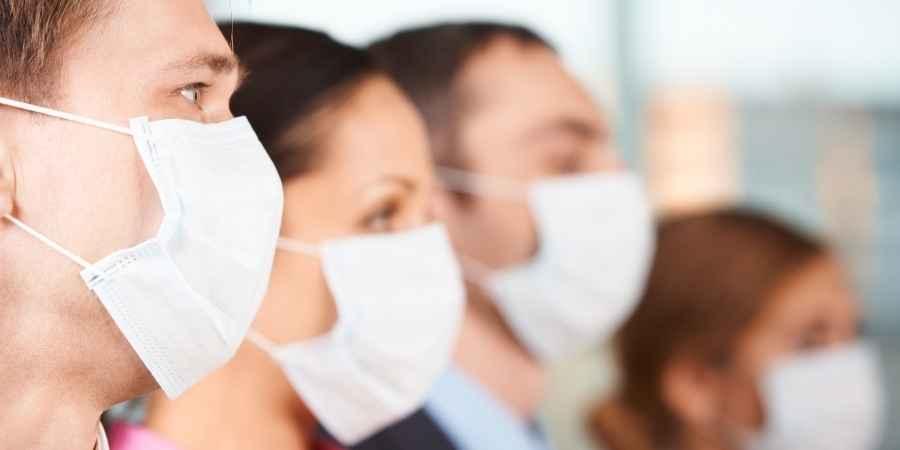 Varias pessoas com mascarás doenças graves