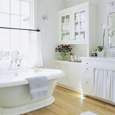 228517 banheiro branco com flores para alegrar Como Decorar Banheiro com Flores